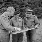 militares com um mapa